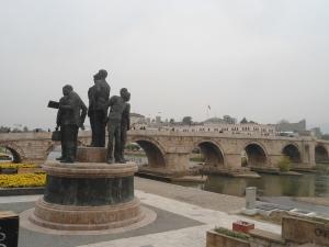 Monumentos, ponte de pedra e fortaleza ao fundo