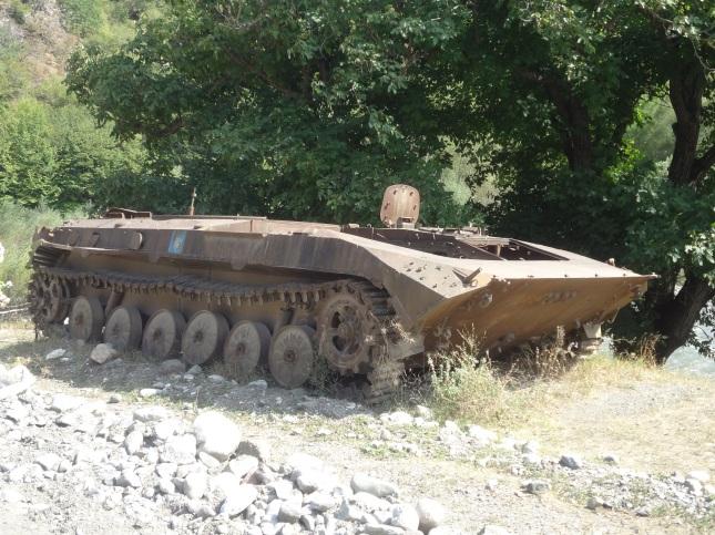 Tanque abandonado na beira da estrada